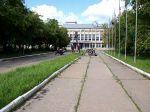 Vor dem Ural-Werk in Irbit